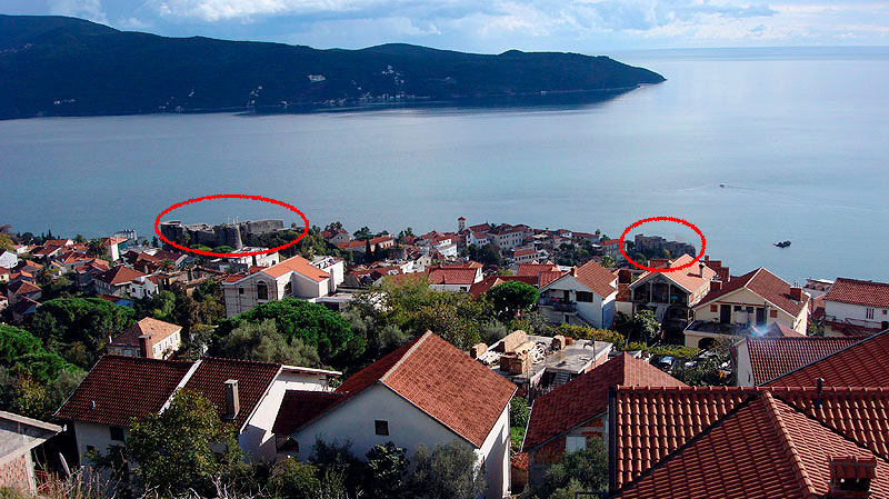 View from the fortress of Spanjola (Spanjola) on the Old Town of Herceg Novi. Visible fortress Kanli Kula; To the right of the water - fortress Forte Mare.